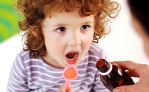 Ребенок принимает сироп солодки