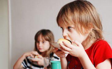Дети едят фастфуд
