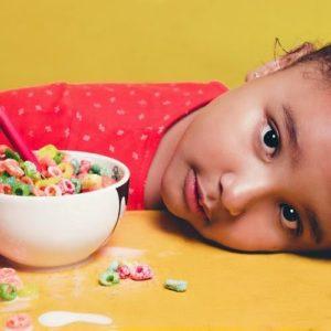 Ребенок есть хлопья для завтрака