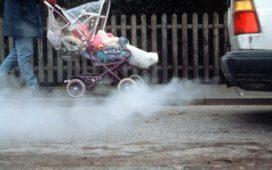 Выхлопные газы автомобиля и маленький ребенок