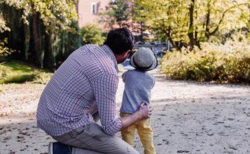 Папа с сыном на улице