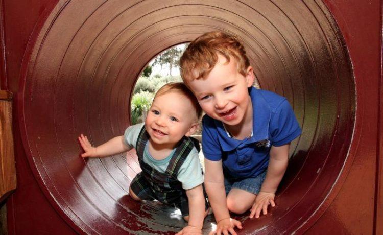 Два мальчика разного возраста играют вместе